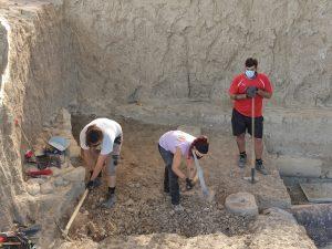 Base de columna romana y restos de columna caída