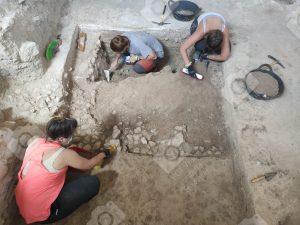 Equipo de técnicos arqueólogos trabajando en la Villa Romana de Salar
