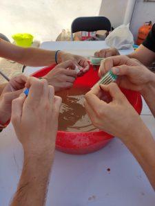 Proceso de lavado de cerámica en villa romana de Salar
